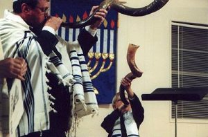 The Shofar is blown in a synagogue during Rosh Hashana. Image courtesy of How Stuff Works.