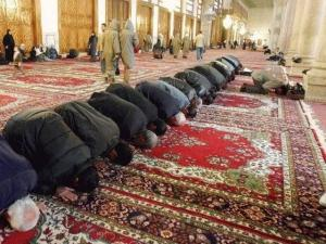 Muslims praying towards Mecca; Umayyad Mosque, Damascus. Image courtesy of Antonio Melina/Agência Brasil.