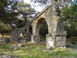 Ruins of a Roman aqueduct in Turkey. Image credit: Carole Roddato
